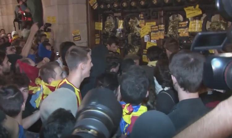 Què va passar quan manifestants independentistes van voler entrar al Parlament de Catalunya?