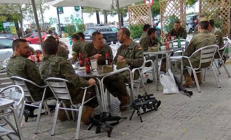 No és un comiat de solter: militars armats van parar a fer una cervesa a Vilafranca del Penedès