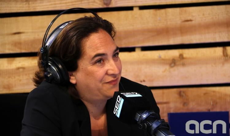 La alcaldesa de Barcelona, Ada Colau, en el cara a cara de Aquí Cuní, en la SER Cataluña, este 24 de mayo. (Foto: ACN)
