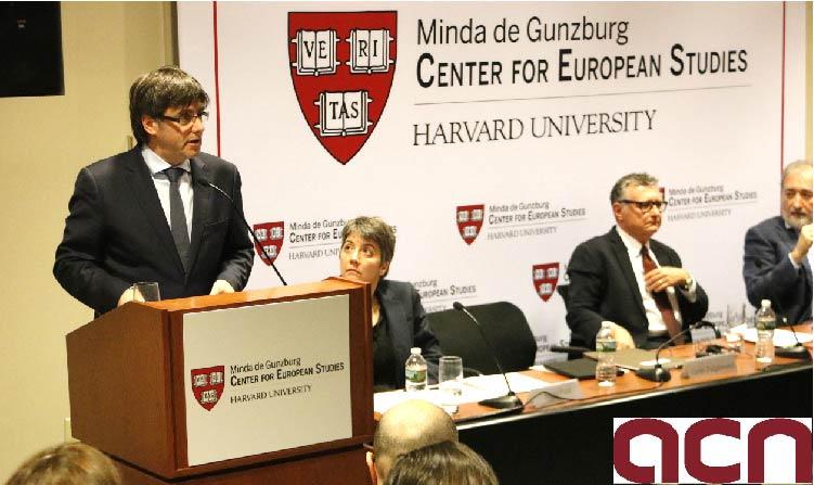 El president de la Generalitat, Carles Puigdemont, durant la seva conferència a la Universitat de Harvard el 27 de març de 2017. (Crèdit: ACN)