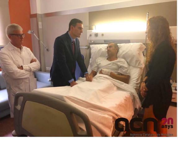 El president del govern espanyol en funcions, Pedro Sánchez, visitant aquest 21 d'octubre a un policia ferit durant els aldarulls de les manifestacions contra la sentència del procés a Barcelona. Foto: La Moncloa/ACN.